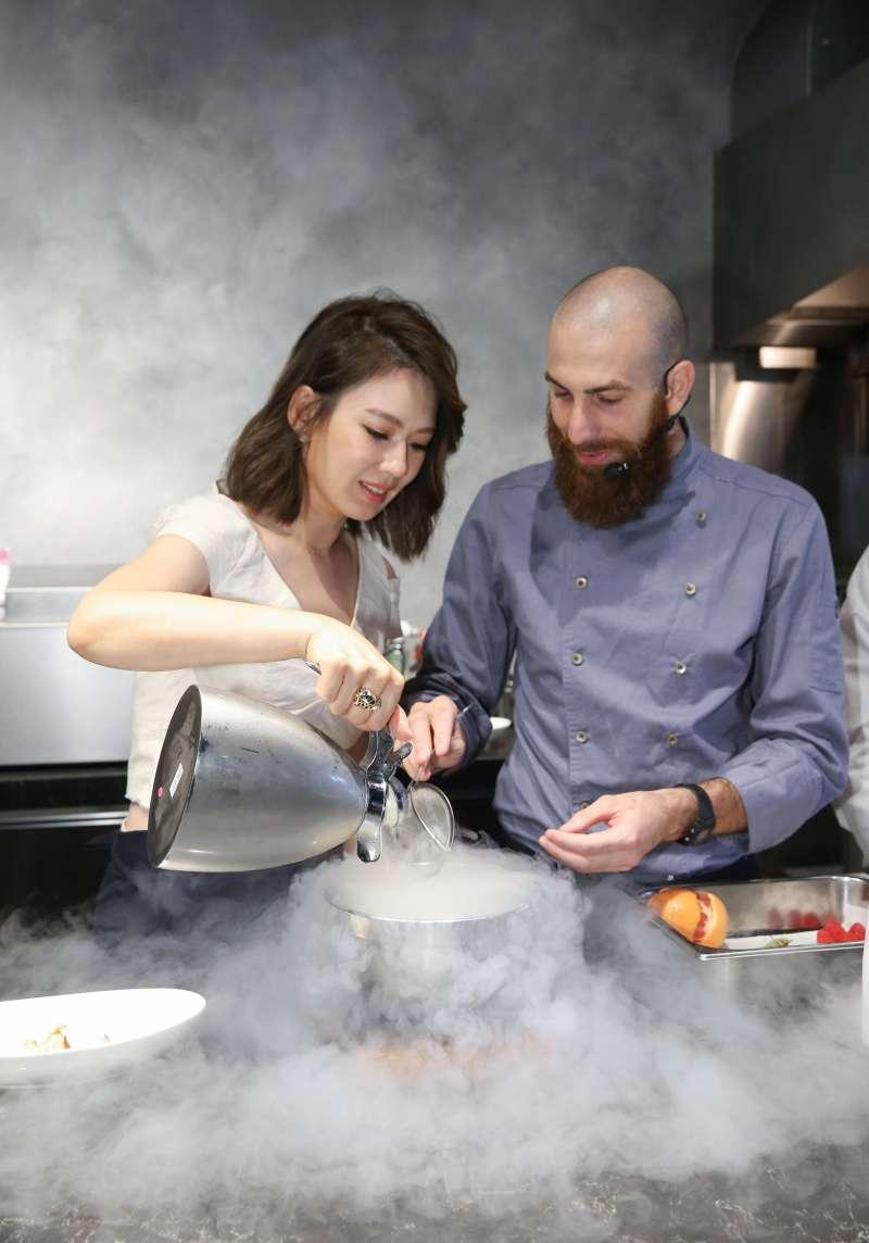 創意發揮alfi 保溫壺的特點,做出「冰沁入菜」,品嚐alfi ________.(圖/alfi)