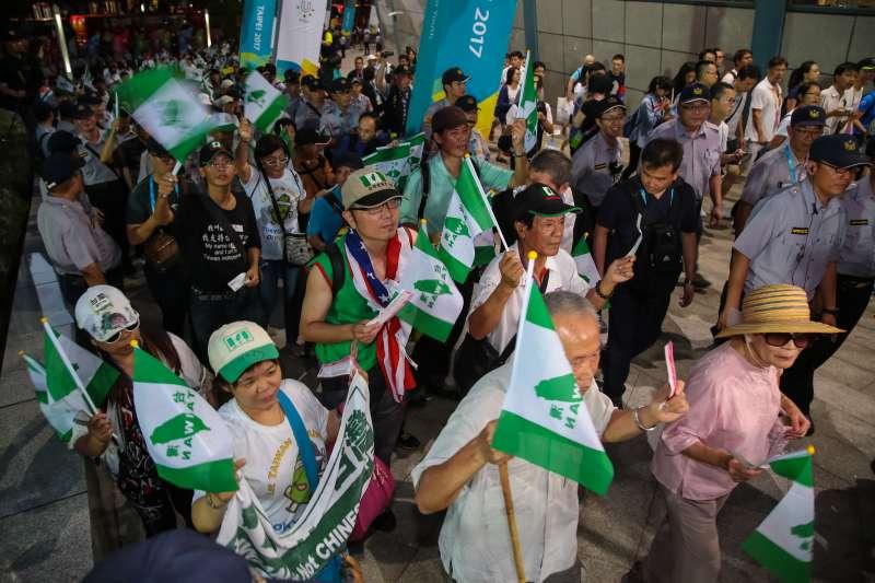20170830-世大運30日舉行閉幕典禮,獨派團體台灣國成員手持台灣國旗幟及門票準備入場。(顏麟宇攝)