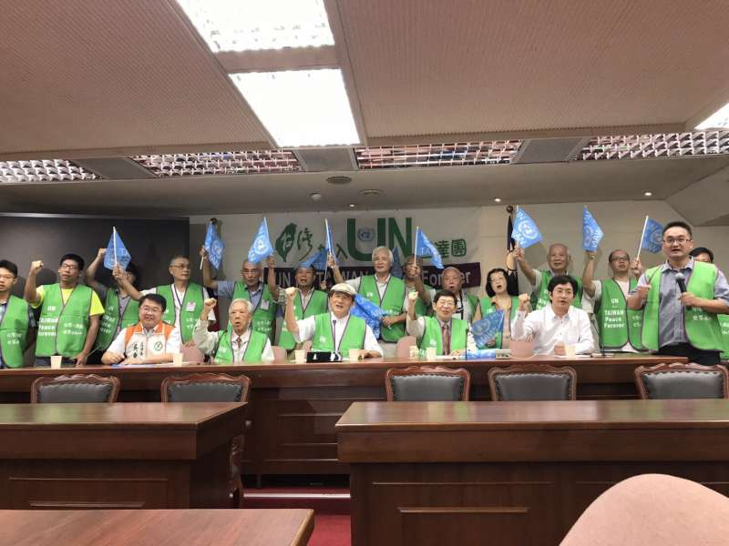 20170901-台灣聯合國協進會今(1)日召開「台灣要入聯 民間先來做」2017UN宣達團出發記者會。圖為宣達團及與會人士同呼口號。(台灣聯合國協進會提供)