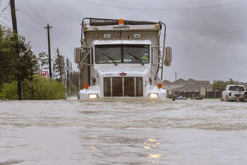 哈維颶風重創德州休士頓,釀成「千年一遇」的嚴重洪災(AP)