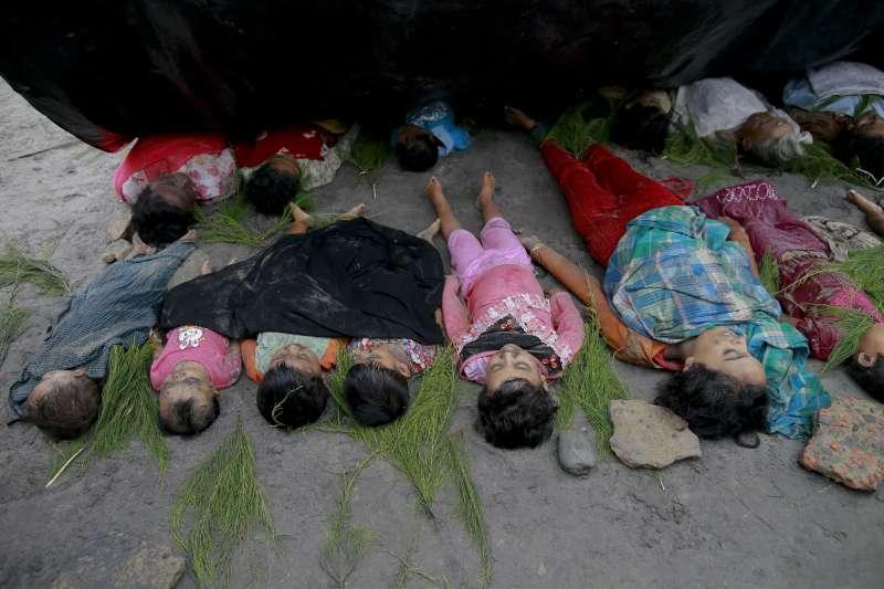 緬甸信奉伊斯蘭教的羅興亞人遭受迫害,許多人冒險搭船出海或渡河,甚至發生死傷慘重的船難(AP)