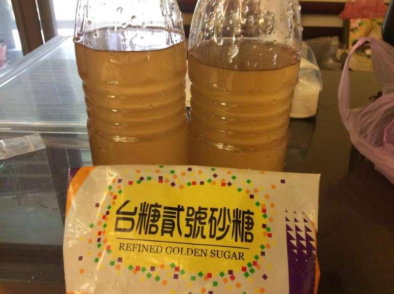05:釀酒課老師提示要用提純過的白砂糖,第一次用椰子汁釀酒,突發奇想,要試試用了貳砂糖會怎樣。(寇延丁提供)