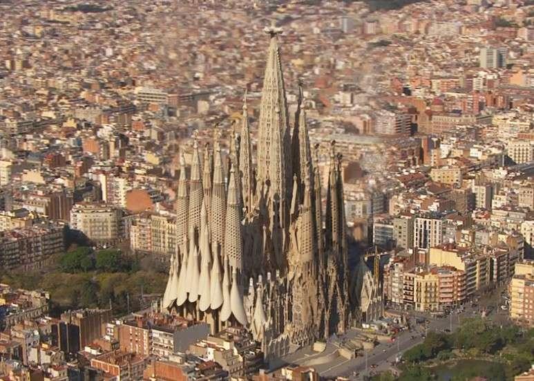 預計2026年的聖家堂完工畫面,高聳鐘塔宛如巴塞隆納的建築桂冠。(圖/ © Càtedra Gaudí,瘋設計提供)