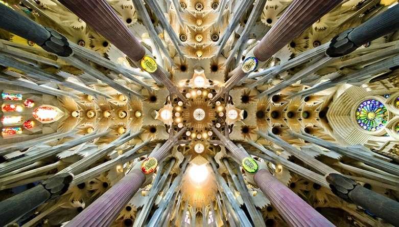 精湛的「雙曲拋物線」設計,將光線集束,營造聚光的神聖效果。(圖/瘋設計提供)
