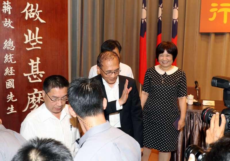 20170904-行政院長林全今日傳出已經向總統請辭,下午他親自召開記者會,證實此一消息。記者會後,林全向媒體揮手再見。(蘇仲泓攝)