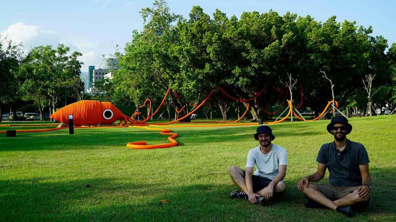 國際建築設計團隊Moradavaga 與作品《聽見一條河》合影。(圖/城市美學新態度提供)