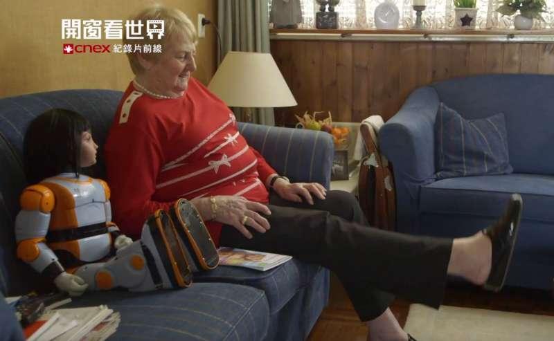 機器人愛麗絲陪伴獨居長者進行復健。(截圖自開窗看世界)