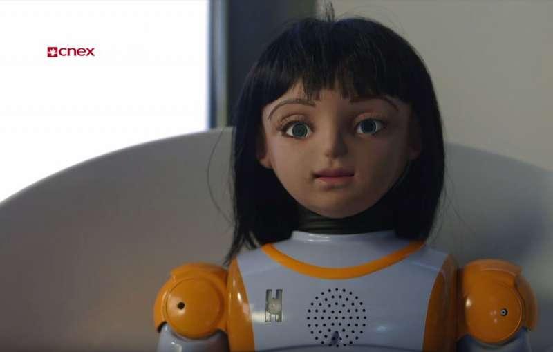 機器人愛麗絲的雖然有機器人的身體,但面貌相當擬真。(截圖自開窗看世界)