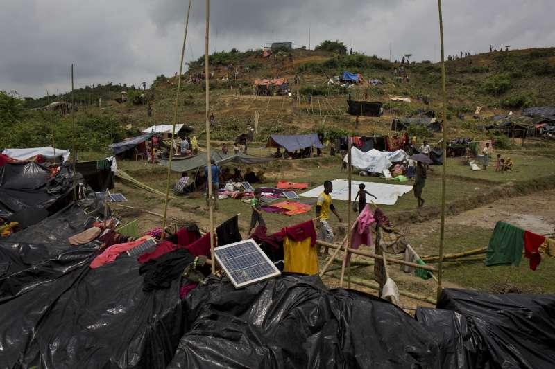 湧入孟加拉、搭起簡陋帳篷的羅興亞難民。(美聯社)