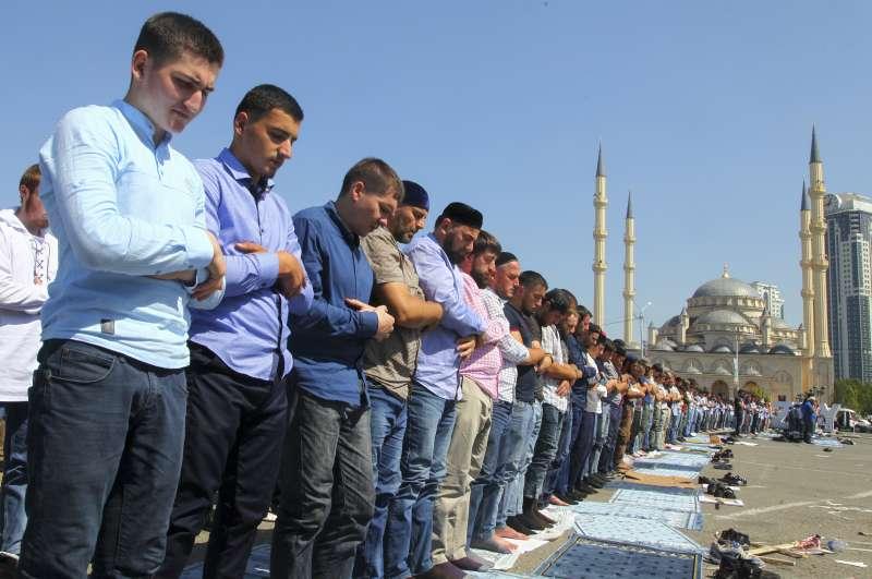 俄羅斯車臣共和國穆斯林發起萬人祈禱大會,聲援緬甸羅興亞人。(美聯社)