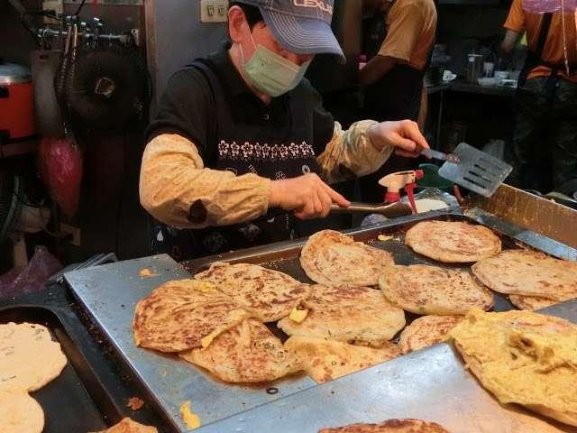永康街知名的蔥抓餅。(圖/Coral Hou,KKday提供)