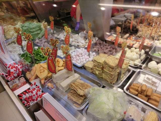 台灣鹽酥雞創始總店的特色在於製作食物SOP化,拿、炸、包、結帳,每個人只負責一樣動作。(圖/Coral Hou,KKday提供)