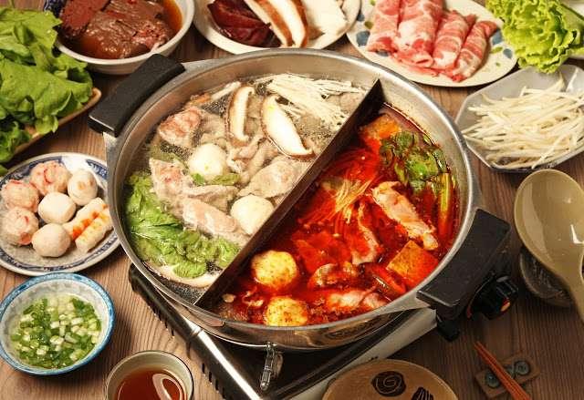 麻辣鍋點餐組合通常還有鴛鴦鍋可以選,所以吃辣、不吃辣的人都可以圍在一起吃火鍋。(圖/Shutterstock,KKday提供)