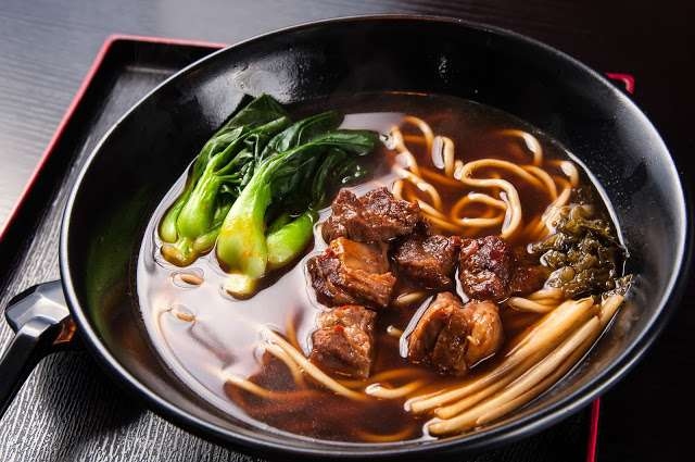 牛肉麵是台灣的國民美食。(圖/Shutterstock,KKday提供)