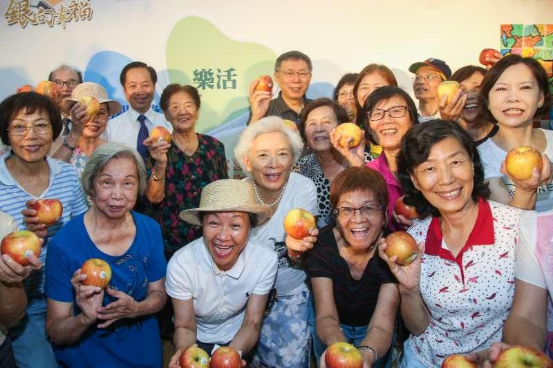 20170905-台北市長柯文哲出席重陽敬老銀向幸福記者會,和銀髮長輩們歡樂合影 。(陳明仁攝)