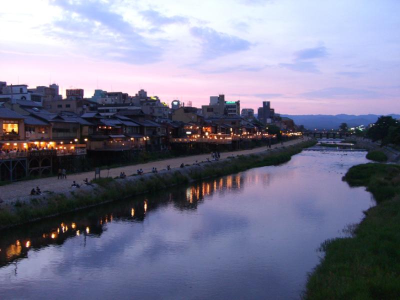 可以在去的鴨川遊步道前,買一些京都小點和飲料,在路程騎車可邊享受暮色和玩跳烏龜喔!(圖/Nullumayulife@Flickr,Funtime提供)