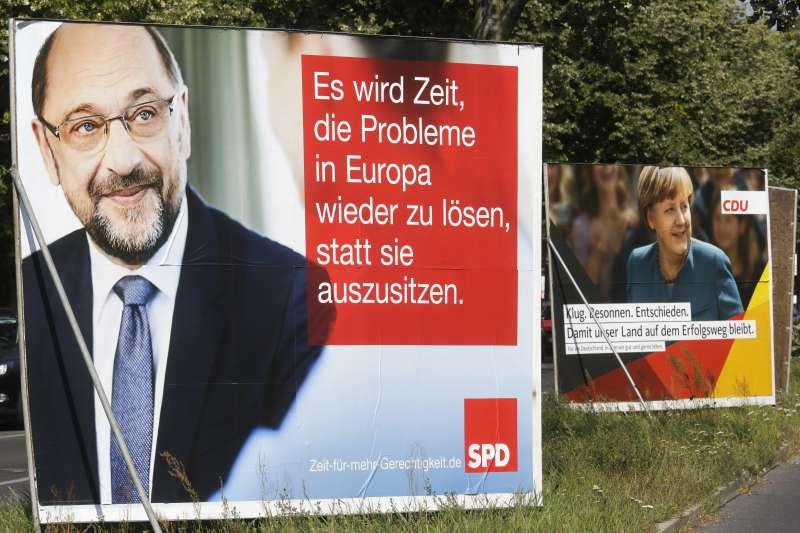 2017德國大選,梅克爾的標語「聰明、冷靜,確信我國正邁向成功。」對手舒爾茨的標語「是時候放棄壁上觀,來解決歐洲的問題了。」(美聯社)