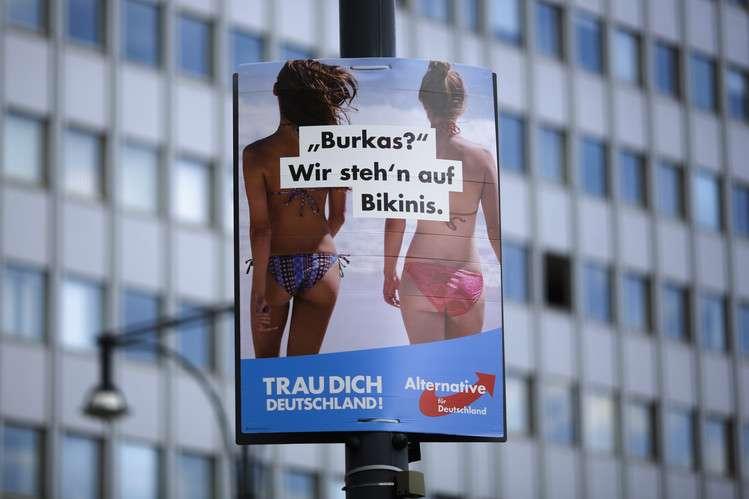 2017德國大選,極右派德國另類選擇黨的標語:「布基尼?我們還是喜歡比基尼。」(美聯社)