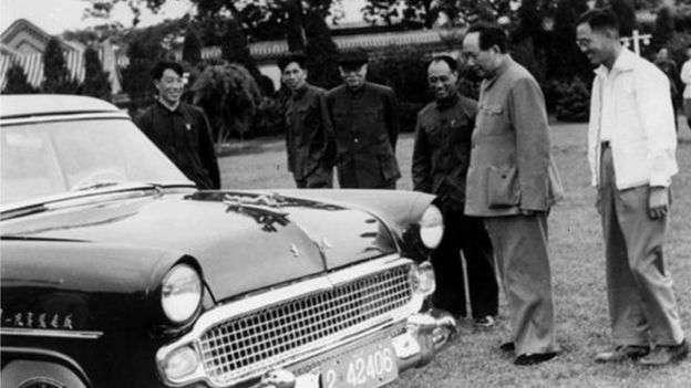 1958年,毛澤東視察中國製造的第一輛小轎車「東風」牌轎車。毛澤東曾多次引用「東風壓倒西風」的說法。(BBC中文網)