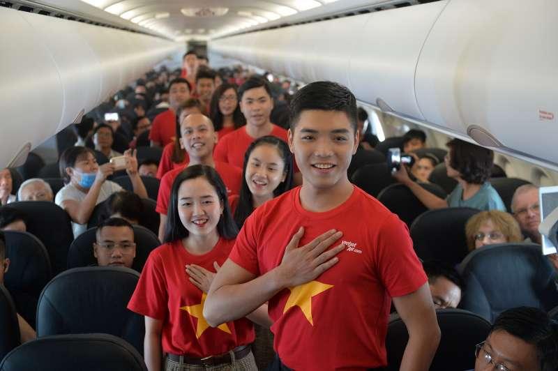 旅客與人聲樂團在機上合唱(圖/越捷航空)
