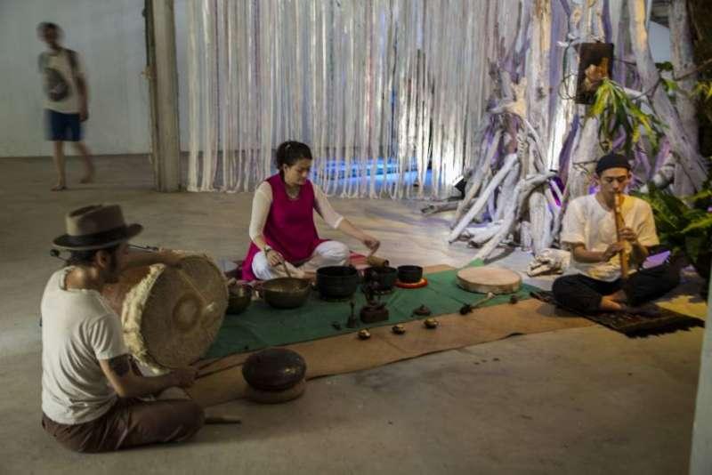 展覽開幕舉辦西藏頌缽儀式。(圖/非池中藝術提供)