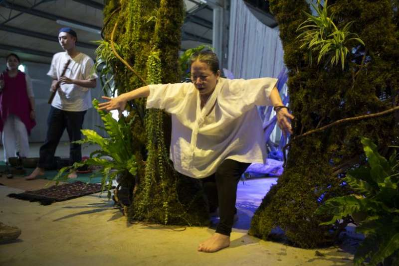 舞蹈家林麗珍現身開幕式,邀大家共同跳舞。(圖/非池中藝術提供)