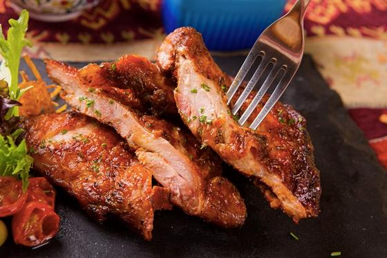 來自中東的燒烤風味,埃及香料風味烤雞腿,洋溢中東異國風情。(圖/善食坊臉書專頁)