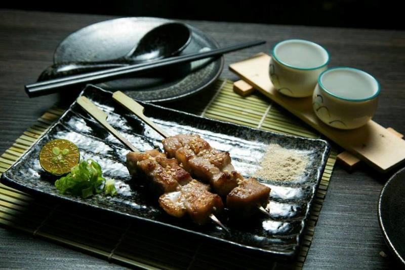 大口喝啤酒、大口吃肉,串燒美味連起一個又一個的歡樂話題。(圖/Nami串燒Bar臉書專頁)