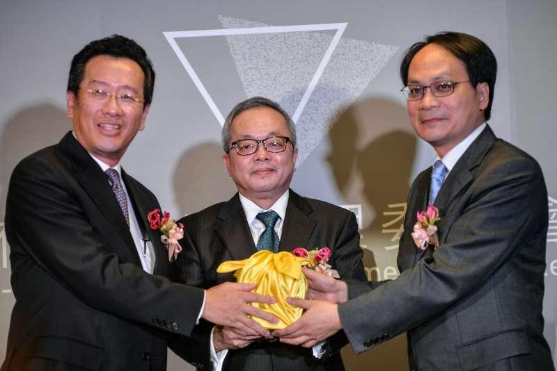 20170908-黨產會主委交接典禮,顧立雄(左)與林峯正(右)在施俊吉的見證下交接。(甘岱民攝)