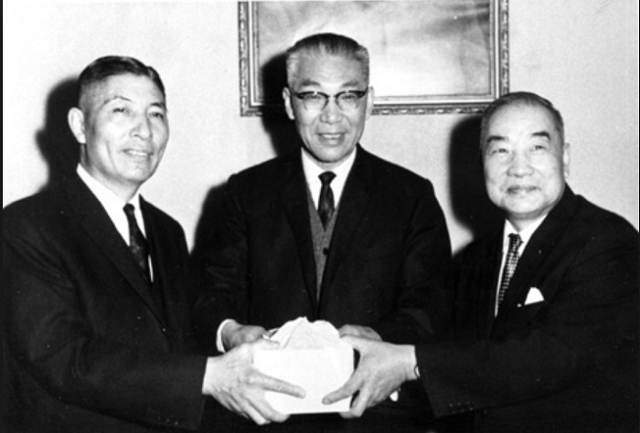 1965年,李國鼎先生接楊繼曾先生繼任經濟部長,由董文琦先生(中)監交印信。(李國鼎─台灣現代化之路官網)
