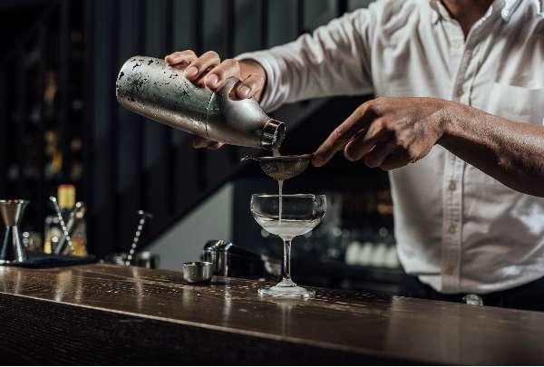 張均豪表示 Sky 搖酒器比想像中好用很多,也較傳統搖酒器薄,使用起來相當省力,這點對專業調酒師來說非常重要。(圖/明日誌MOT TIMES提供)