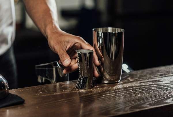 張均豪調酒相當要求「精準」,偏好用有刻度的量酒器,甚至想親自設計刻度更精密的器具。(圖/明日誌MOT TIMES提供)