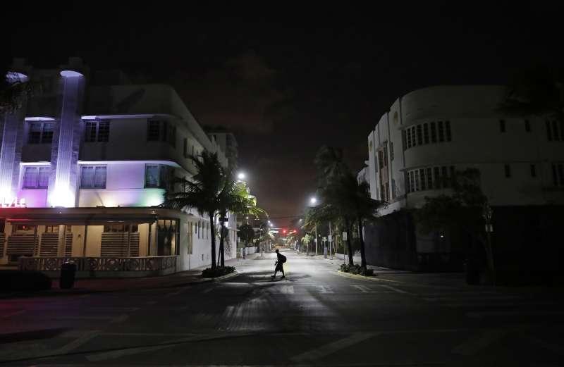 艾瑪颶風步步進逼,許多佛州居民疏散,一向熱鬧的南海灘(South Beach)相當冷清(AP)