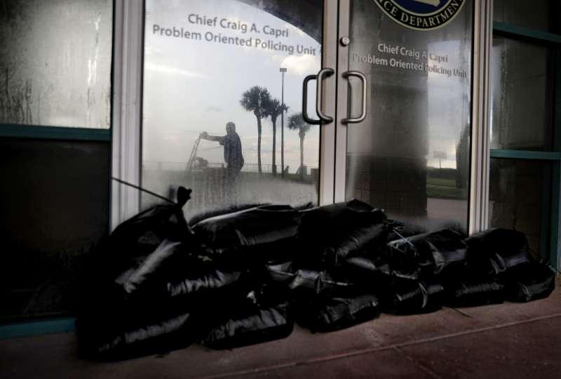 5級艾瑪颶風即將侵襲美國佛州,居民在建築物門口堆起沙包備戰(AP)