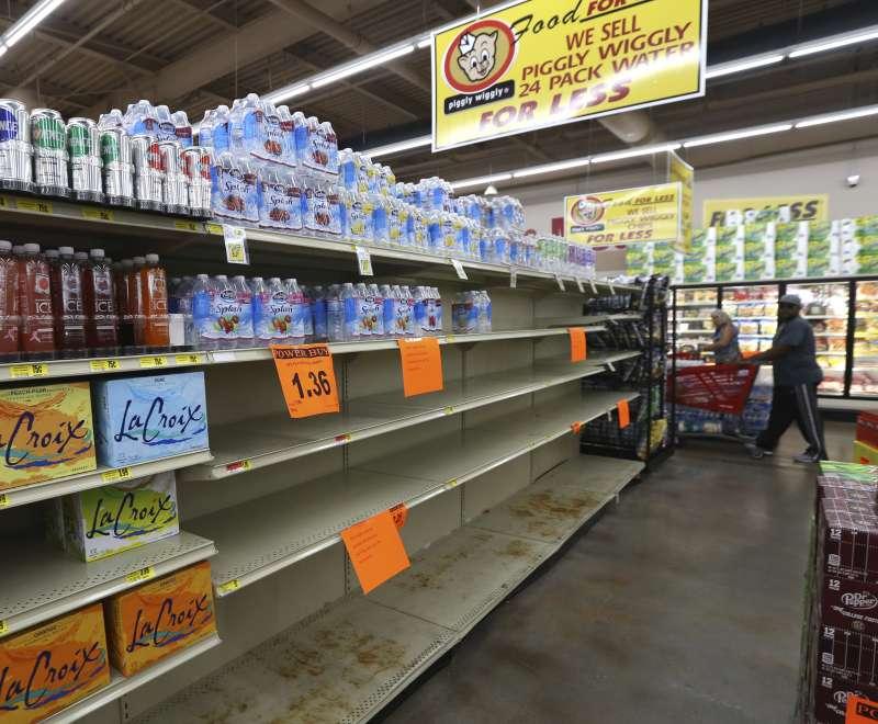 艾瑪颶風往美國佛州前進,堅守家園的佛州居民搶購飲用水(AP)