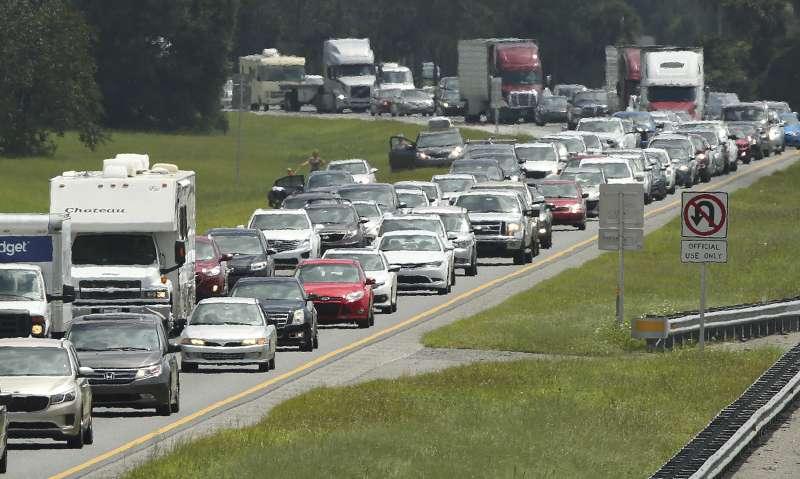 許多佛州人近日緊急往內陸疏散,高速公路上塞車(AP)