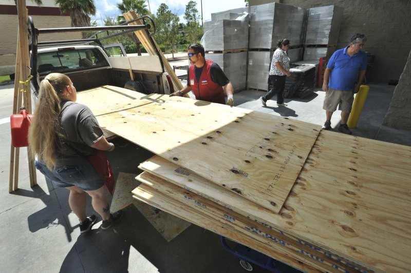 許多佛州人購買木板為房屋加固(AP)