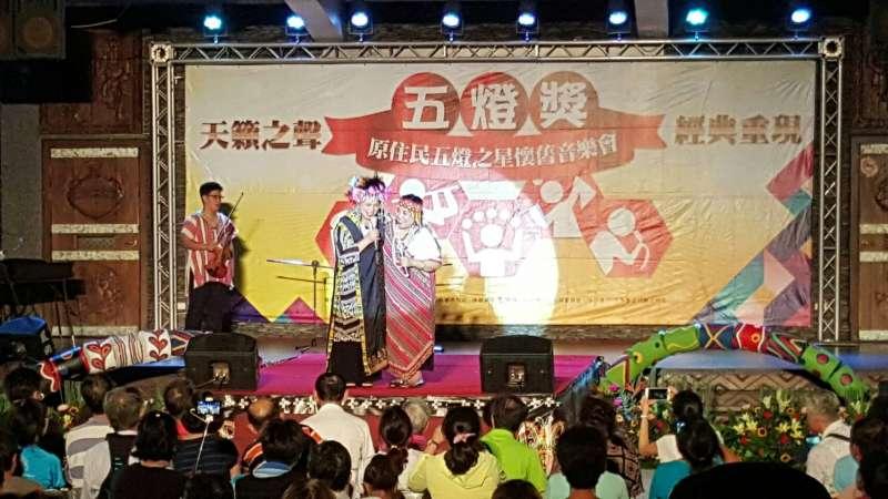 五燈之星懷舊音樂會邀請歌手溫梅桂(左)重現舞台。(圖/高雄市原民會提供)