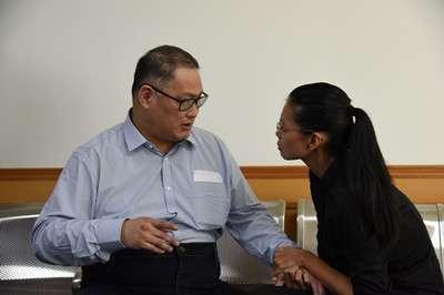 20170911-庭審結束後,法庭安排李明哲與妻子李凈瑜會面。(取自湖南省岳陽市中級人民法院網站)