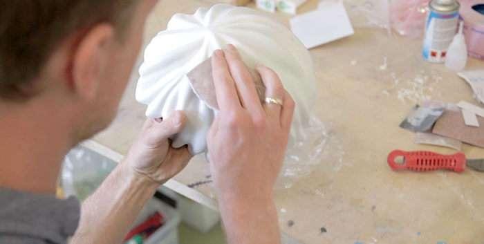 用砂紙細心研磨、修調造型,樂高安全帽初見雛型。(圖/城市美學新態度提供)