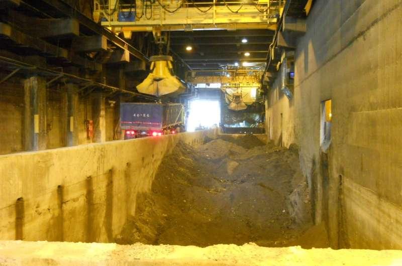 高雄市每年經焚化處理後產出的底渣高達近25萬公噸。(圖/ 高雄市環保局提供)