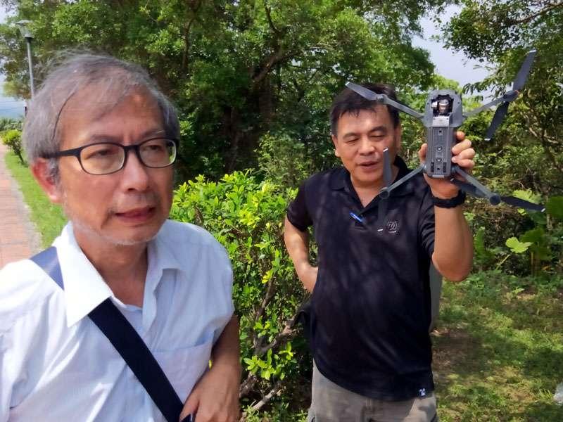 楊峰榮老師(前)說明空拍機的各項零組件。(圖/張毅攝)
