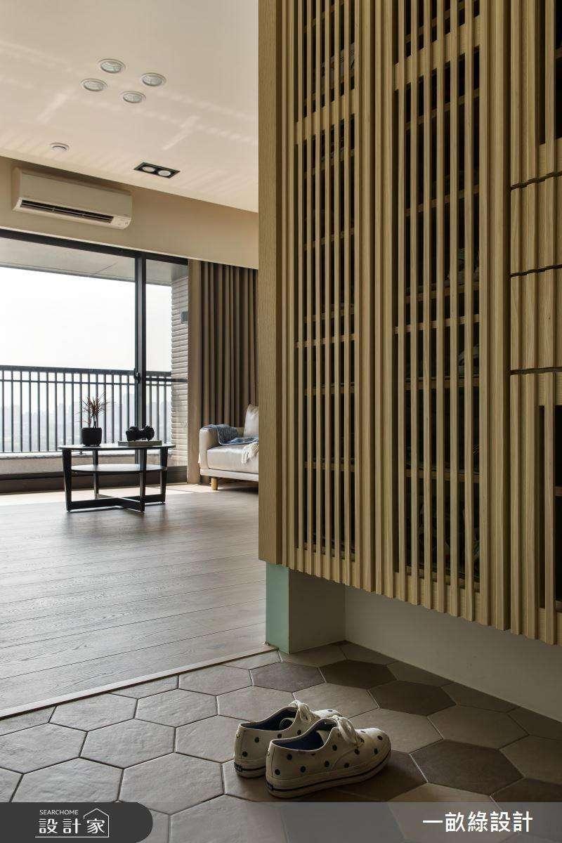 玄關落塵區的地板可以選用耐用、好清潔的磁磚材質,方便清掃。(圖/設計家Searchome提供)