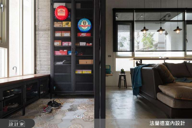 低檯度的玄關鞋櫃設計,不但可以作為玄關的穿鞋椅,下方也可以收納多雙鞋子。(圖/設計家Searchome提供)
