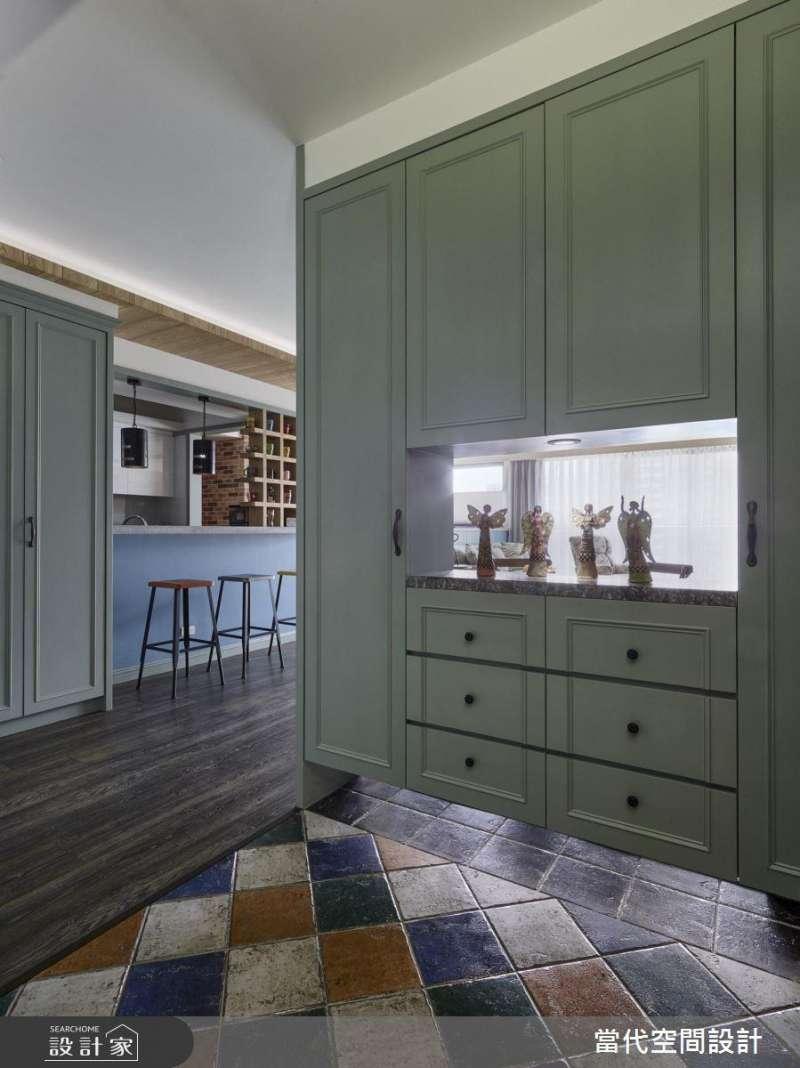 使用櫃體做為玄關隔間,可以適度做一些鏤空設計,不但顧及了風水和空間感問題,也具有實用的玄關收納效益。(圖/設計家Searchome提供)