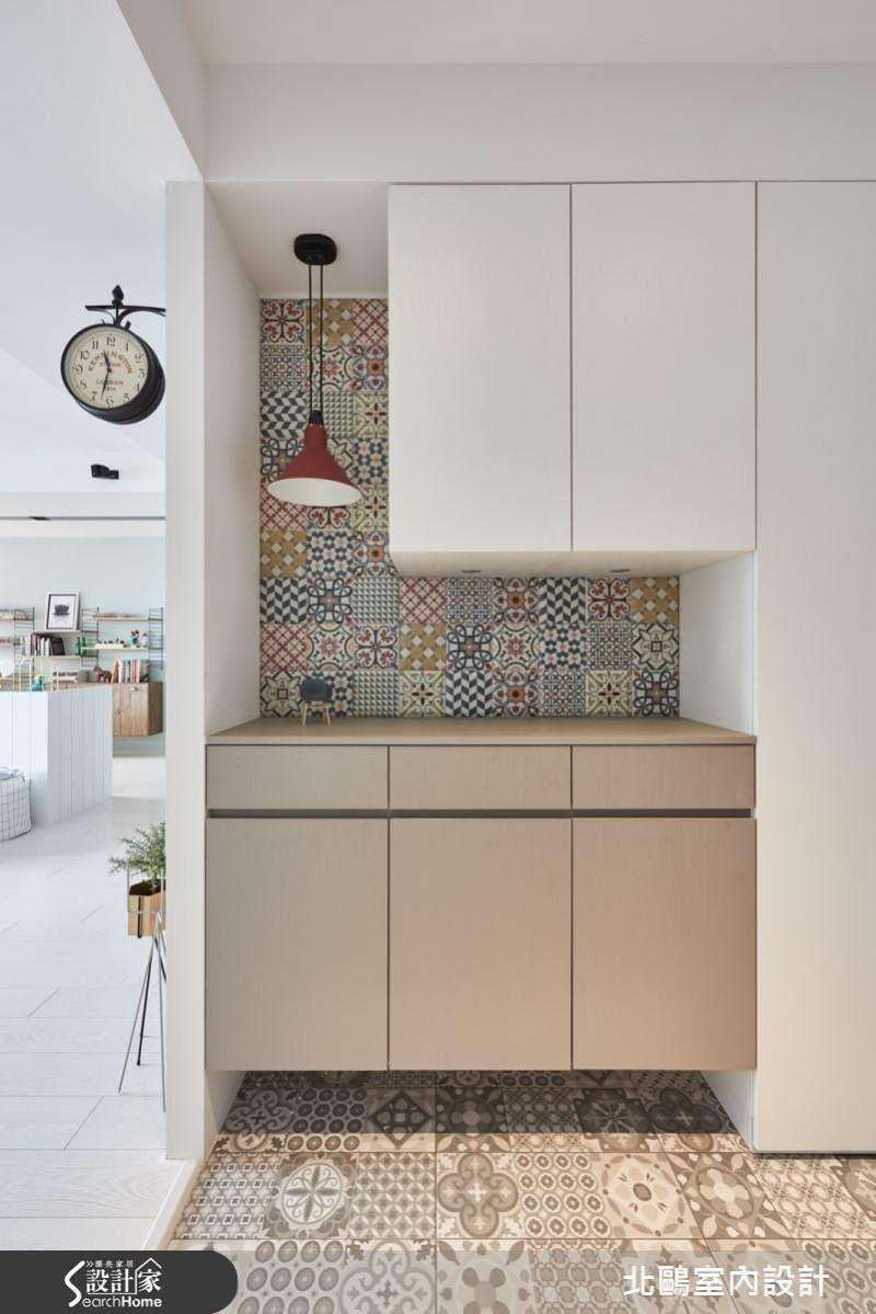 除了好清潔之外,玄關設計時,地板也可以利用花樣不同的花磚拼貼混搭,會更有風格。(圖/設計家Searchome提供)