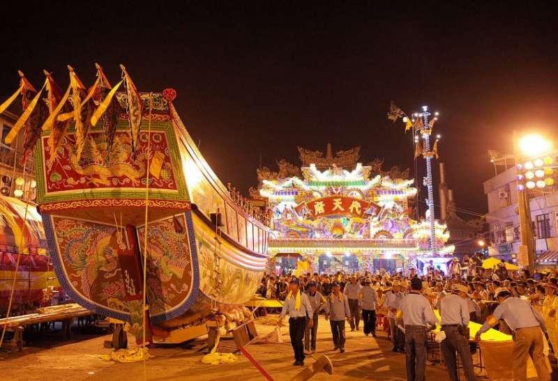 東港迎王平安祭典中的王船。(圖/Oliver515@WikiMediaCommons)