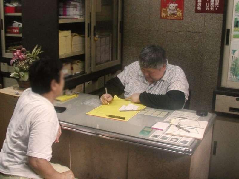 十年前新莊地藏庵只有一位筆生幫忙寫牒文,現在有五位,民眾甚至需要抽號碼牌。(圖/康豹提供)