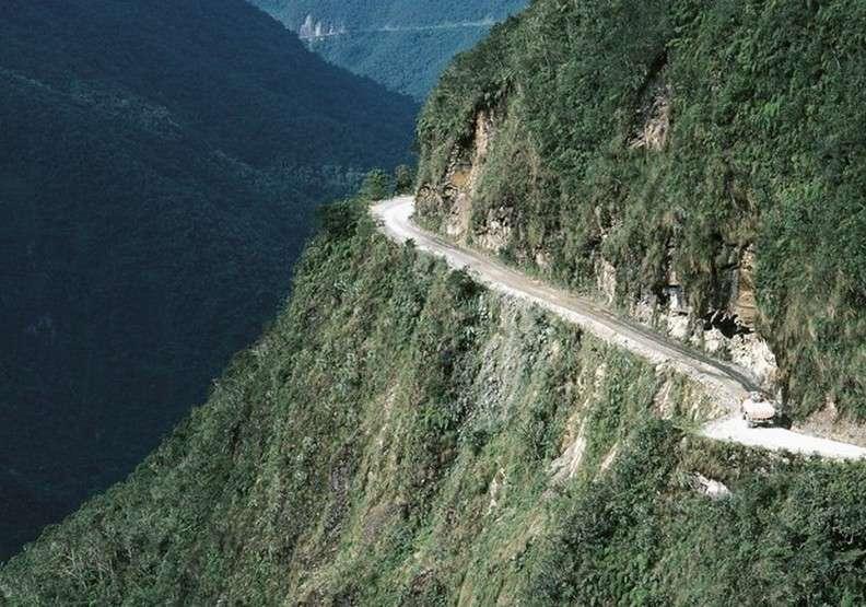 永加斯路位在南美洲的玻利維亞,由於地勢險峻、危險程度數一數二,也增添了會車時的困難度。(圖/architecturaldigest)
