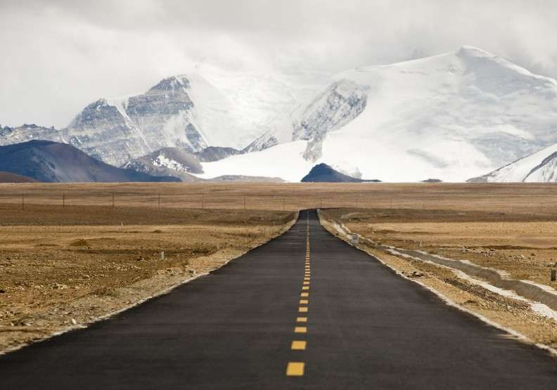 中尼公路,是中國和尼泊爾之間重要的疏通要道,其路線包括翻越喜馬拉雅山,地勢險峻但風景無人能敵。(圖/architecturaldigest)